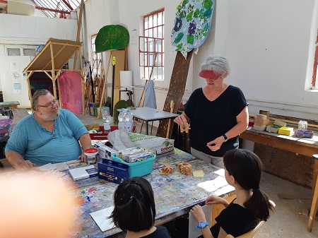 v.l. Projektmitglieder Herrmann Otto und Barbara Eibel erklären den teilnehmenden Kindern die Serviettentechnik (Foto: VGV Altenkirchen)