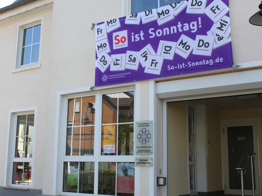 Zeichen für den freien Tag: Banner und Fahnen werben für den Sonntagsschutz