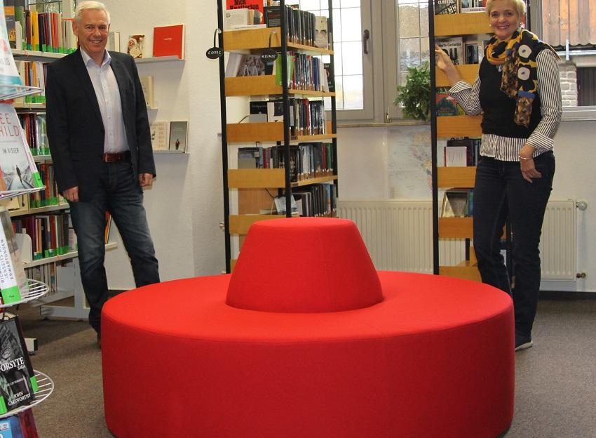 Sparkasse spendet Sitzlandschaft für Bücherei