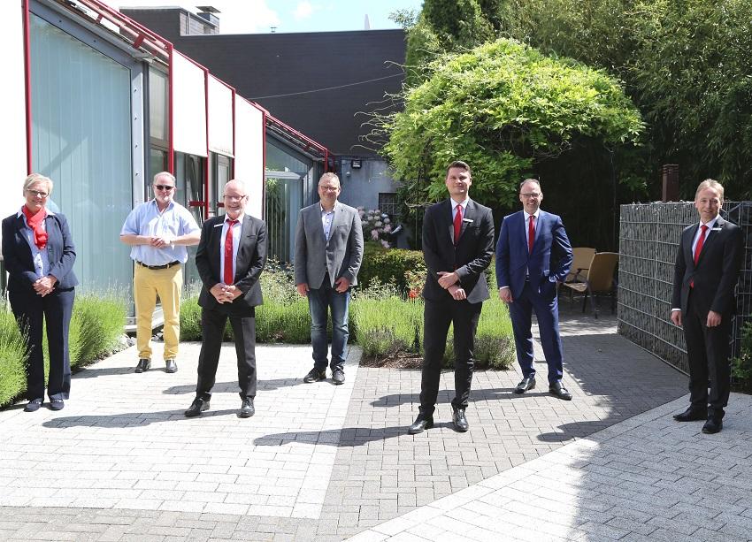 v.l.: Beatrix Molzberger (Personalrat), Michael Wagener (VG-Bürgermeister), Detlef Vollborth, Berno Neuhoff (Stadtbürgermeister), Peer Pracht, Andreas Görg (Vorstand), Uwe Asbach (Marktbereichsleitung) (Foto: Sparkasse Westerwald-Sieg)