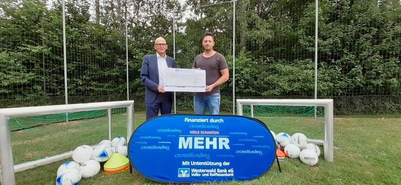 Stephan Zorn und Daniel Marx bei der Spendenübergabe. Foto: privat