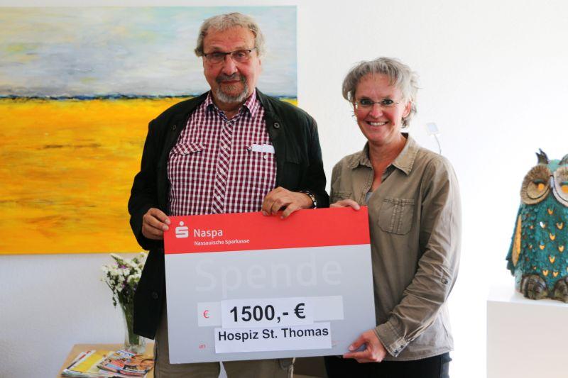 Herbert Herborn und Eva-Maria Hebgen bei der Spendenübergabe im Hospiz St. Thomas. Foto: Dernbacher Gruppe Katharina Kasper