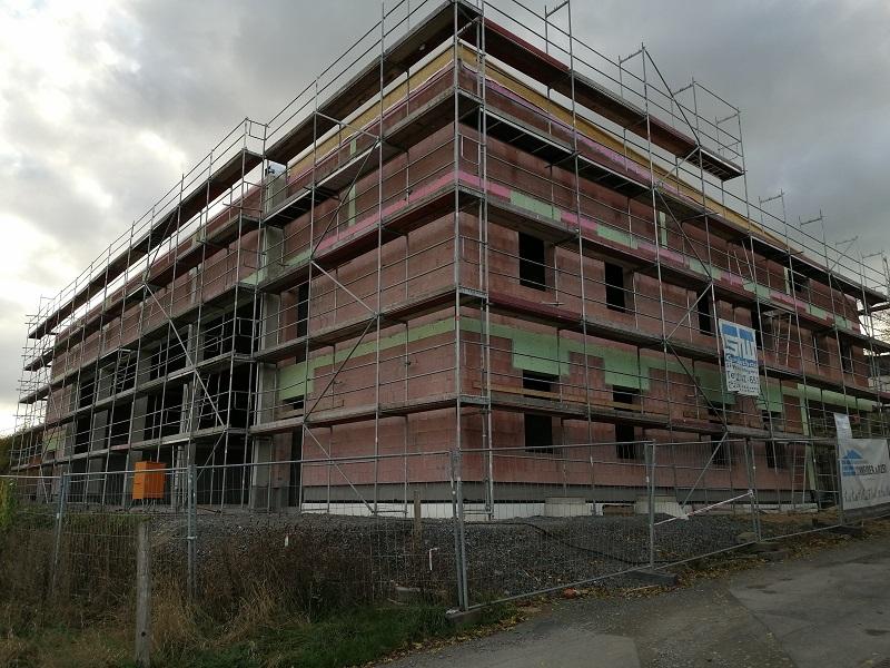 Schon deutliche Formen angenommen hat die neue Schulsporthalle in Weyerbusch. (Foto: hak)
