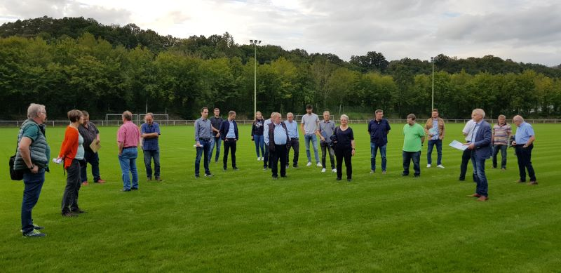 Da fehlt nur noch der Schiedsrichter: Der Sportausschuss warf auch einen Blick auf die sanierten Anlagen im Stadion in Bürdenbach-Bruch. (Foto: privat)