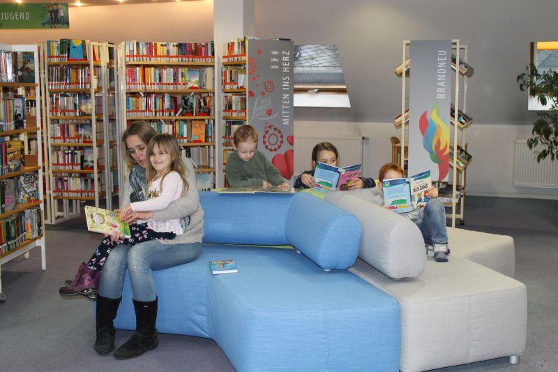 Ein buntes Lesesofa bildet den Mittelpunkt des neu gestalteten Bereichs für und Kinder- und Jugendliteratur sowie für Belletristik in der Stadtbibliothek Montabaur. Foto: privat
