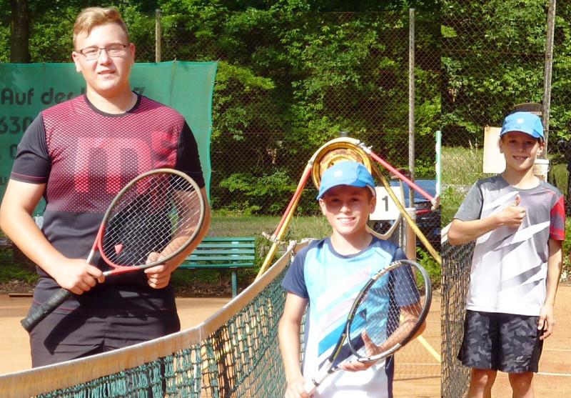 Die U16 Player Timo Bröker (Zweiter Platz, TC RW Flammersfeld) , Lukas Prangenberg (Erster Platz) und Jonas Prangenberg (Dritter Platz, beide TC Horhausen. Fotos Rita Wildermann