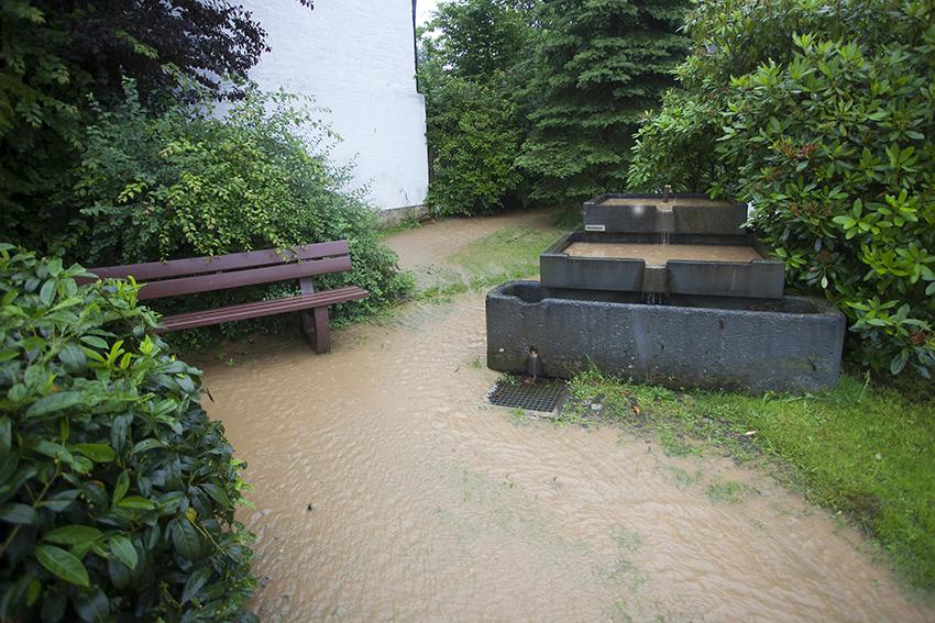 Bei heftigem Starkregen fließt plötzlich ein Bach durch den Garten. Archivfoto: NR-Kurier