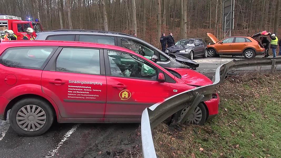 Schwerer Unfall mit vier Autos und sechs Verletzten