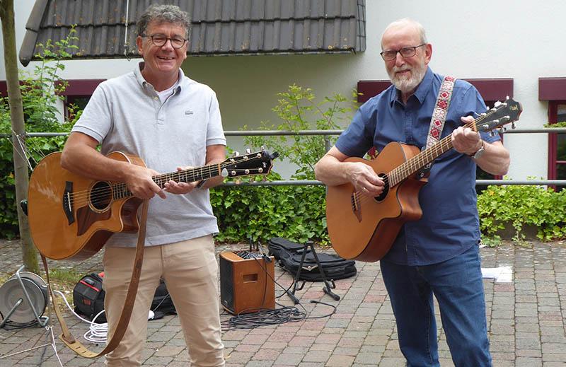 Kleines musikalisches Konzert der Strünzer-Gitarren zu Fronleichnam