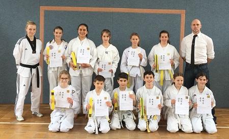 Taekwondo-AG-Sportler bestehen G�rtelpr�fung erfolgreich