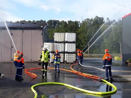 Schon die jüngsten Feuerwehrleute übten den Ernstfall