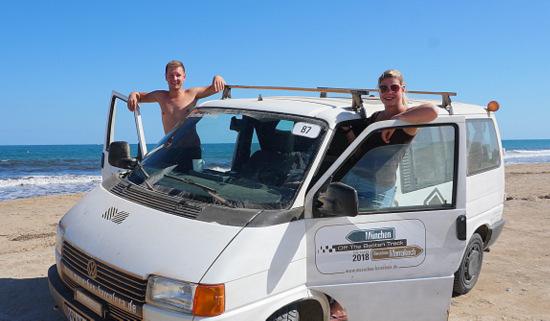 """Lisa Sauren und Andreas Salz gehen mit ihrem VW-Bus an den Start zur Rallye """"Knights of the Island"""" - zu Gunsten der Freunde der Kinderkrebshilfe Gieleroth. (Foto: privat)"""