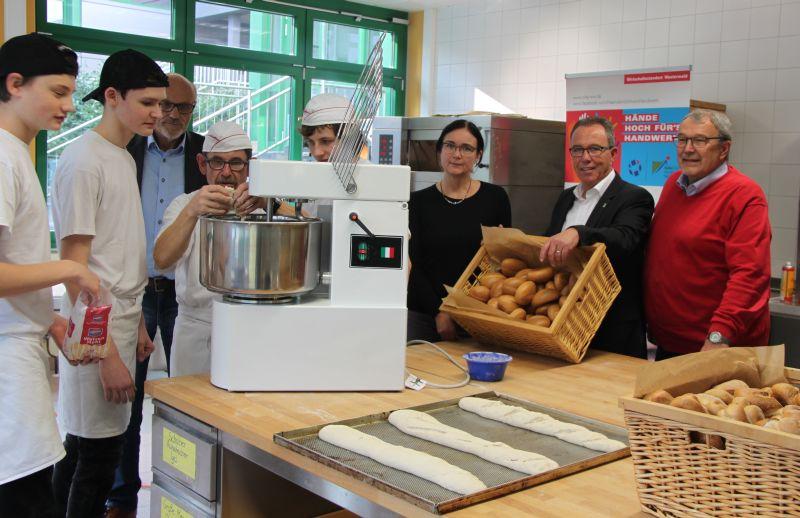 Neue Teigknetmaschine und Elektronik für Nachwuchs im Handwerk