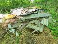 Welleternitplatten in der Landschaft entsorgt