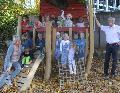 Kita-Kinder freuen sich über neues Baumhaus