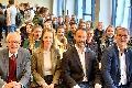 Ellen Demuth diskutiert mit Schülern in Neuwied