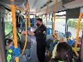 Vorschulkinder-Kinder aus Pracht gehen in die Busschule