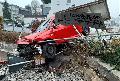 Auto kommt von der Fahrbahn ab und durchbricht Geländer