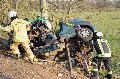 B8: Fahrer knallt gegen Baum und wird schwer verletzt