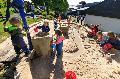 Neue Sand- und Wasserlandschaft macht Westerburger Kita-Kindern viel Freude