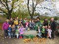 Ortsgemeinde Pracht �bergibt Apfelsaft an Kindergartenkinder