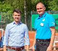 Stadtbürgermeister Stefan Leukel gratuliert zu neu angelegten Tennisplätzen