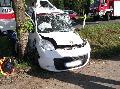 Fahrerin kommt von Straße ab und prallt gegen Baum