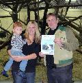 Glückliche Gewinnerin der Weihnachtsverlosung des Zoo Neuwied
