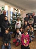 Grundschulkinder schmücken Weihnachtsbaum in VG Unkel