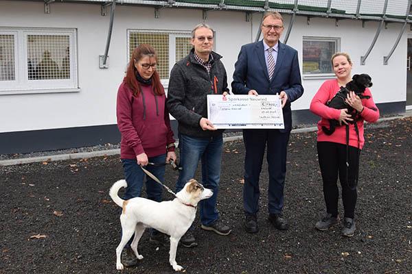 Landrat Rainer Kaul spendet für das Neuwieder Tierheim