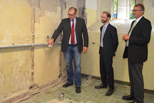 Landrat Rainer Kaul (rechts), besichtigte die Baustelle gemeinsam mit Schulleiter Marcus Kurz (Mitte) und Vertretern des Immobilienmanagements. Foto: Kreisverwaltung Neuwied