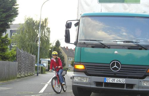 """Zu Fuß oder mit dem Rad unterwegs: Auf den """"toten Winkel"""" achten!"""