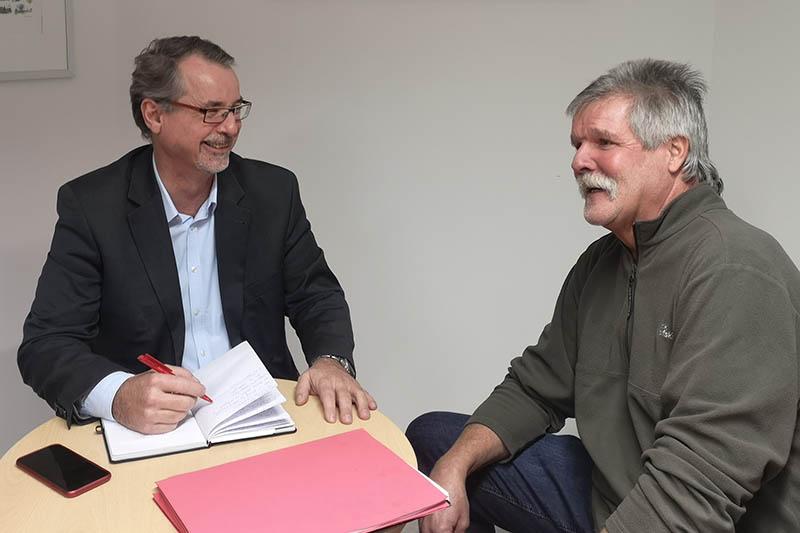 Sven Lefkowitz im Gespräch mit Ortsvorsteher Karl-Heinz Troß