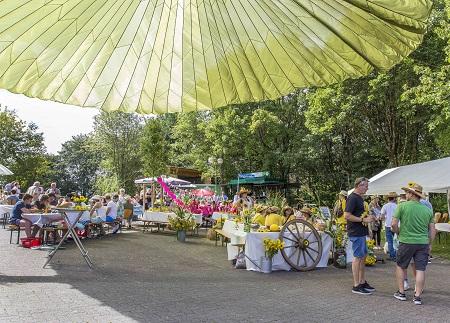 Tafeln unterm Schirm: Gelungenes Dorffest mit besonderem Flair