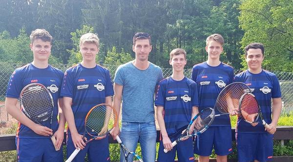 Blau-Rot Wissen: Tennis-Nachwuchs schafft Klassenerhalt