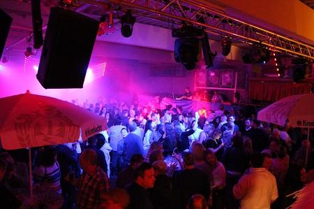Bei guter Laune und toller Stimmung wurde auf der Tanzfläche viel getanzt. (Foto: Feuerwehr Hamm/Sieg)