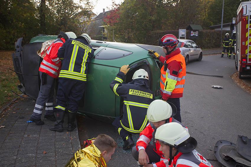 Übung: Vier Schwerverletze nach Unfall in Fahrzeugen eingeklemmt