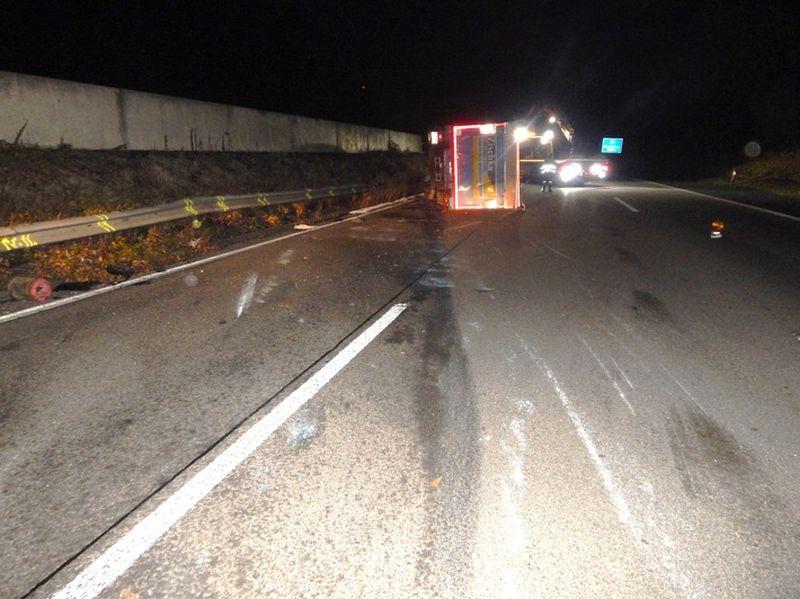 LKW auf A 48 umgekippt, Fahrer verletzt