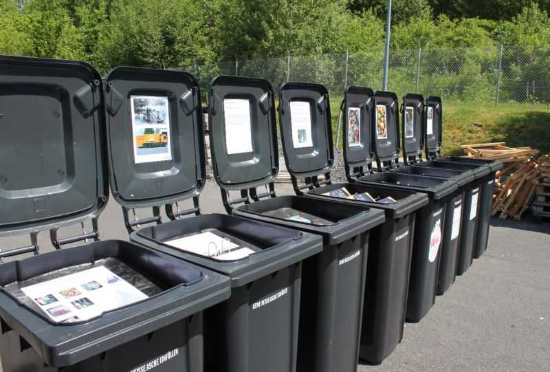 An elf großen Abfalltonnen können sich Schüler über verschiedene Abfallthemen informieren. Foto: Pressestelle der Kreisverwaltung