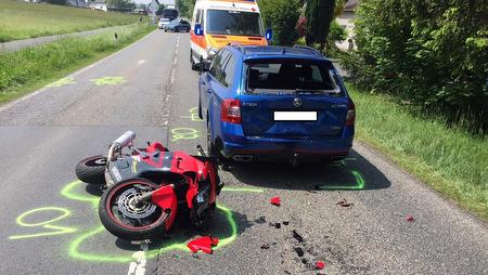 Zwei Schwerverletzte auf der B 8: Motorrad fuhr auf PKW auf