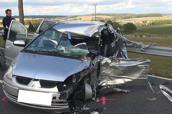 Schwerer Verkehrsunfall auf der B 8 zwischen PKW und LKW