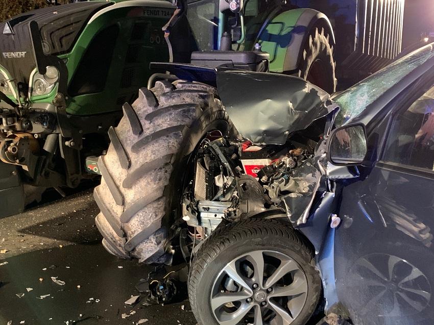Fahrerin prallt bei Unfall mit Auto gegen Traktor