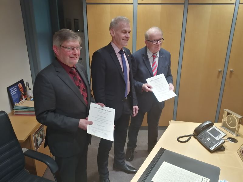 Fred Jüngerich freute sich, dass am Donnerstagabend zumindest zwei von drei Beigeordneten, Rainer Düngen (links) und Rolf Schmidt-Markoski (rechts), an seiner Seite waren. (Foto: hak)