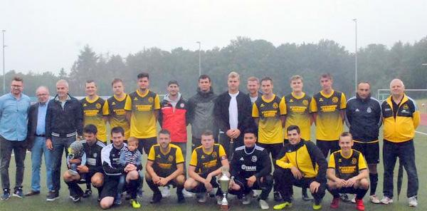 Die siegreiche Mannschaft des VfL Oberlahr/Flammersfeld und die Turnierverantwortlichen. (Foto: kkö)