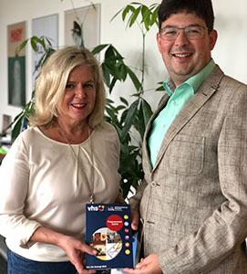Bürgermeister Michael Mang und VHS-Verwaltungsleiterin Jutta Günther präsentieren das neue Programm. Foto: Stadt Neuwied
