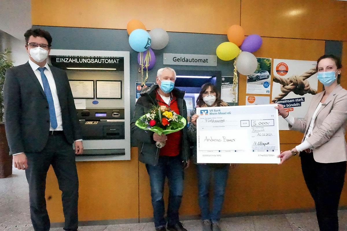 Die glücklichen Gewinner Andreas und Roswitha Bauer (Mitte) nehmen Ihren Hauptgewinn von Christian Kehr (li), Bereichsleiter der VR Bank Rhein-Mosel für den Regionalmarkt Rhein und Natalie Harprath (re), Leiterin der Geschäftsstelle in Heimbach-Weis entgegen. Foto: VR-Bank