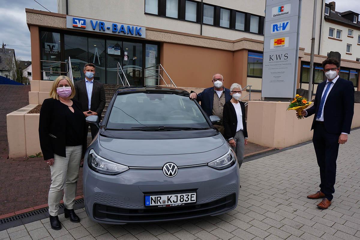 Gewinnsparer der VR Bank Rhein-Mosel gewinnt Elektroauto