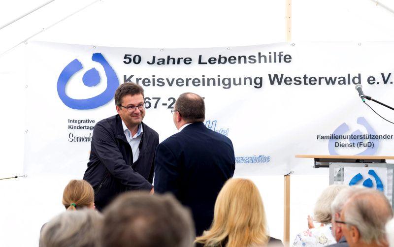 Westerwald Bank schenkt der Lebenshilfe Höhn einen VW up!