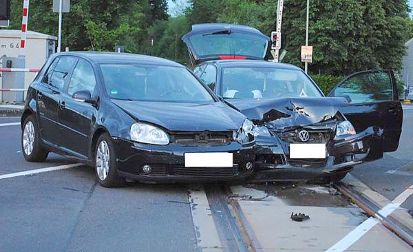 Vorfahrt übersehen: PKW-Crash endete auf den Schienen
