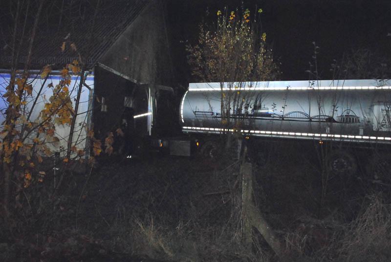 Gefahrguttransporter kommt von B 8 ab und kracht in Scheune